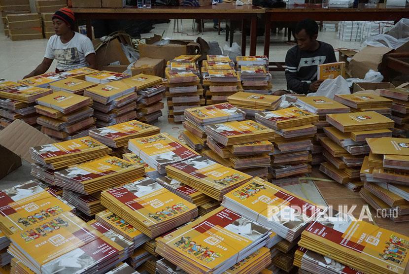 Petugas KPU Mimika menyortir buku panduan, formulir isian dan kotak suara Pilkada Papua di Gedung Eme Neme Yauware, Timika, Papua, Sabtu (23/6).