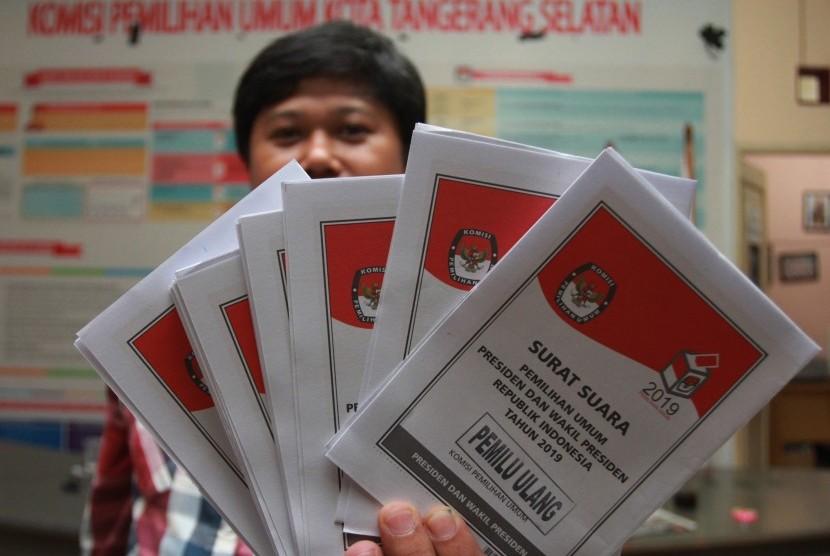 Petugas KPU Tangerang Selatan menunjukan surat suara Pilpres untuk pelaksanaan Pemungutan Suara Ulang (PSU) Pemilu 2019 di Kantor KPU Tangerang Selatan, Serpong, Tangerang Selatan, Banten, Selasa (23/4/2019).