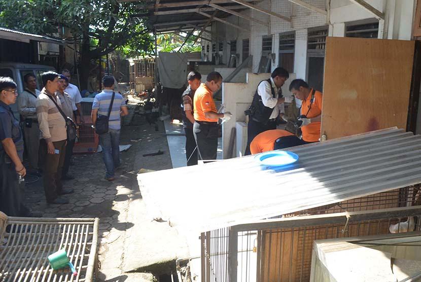 Petugas Laboratorium Forensik (Labfor) dan Inafis Polri melakukan proses identifikasi di kawasan rumah Angeline di Jalan Sedap Malam, Kota Denpasar, Bali, Kamis (11/6).(Antara/Fikri Yusuf)