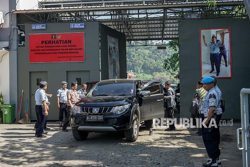 Petugas lapas melakukan pemeriksaan terhadap pengunjung yang akan menyeberang ke Nusakambangan, di Dermaga Penyeberangan Wijayapura, Cilacap, Jawa Tengah, Sabtu (12/5).