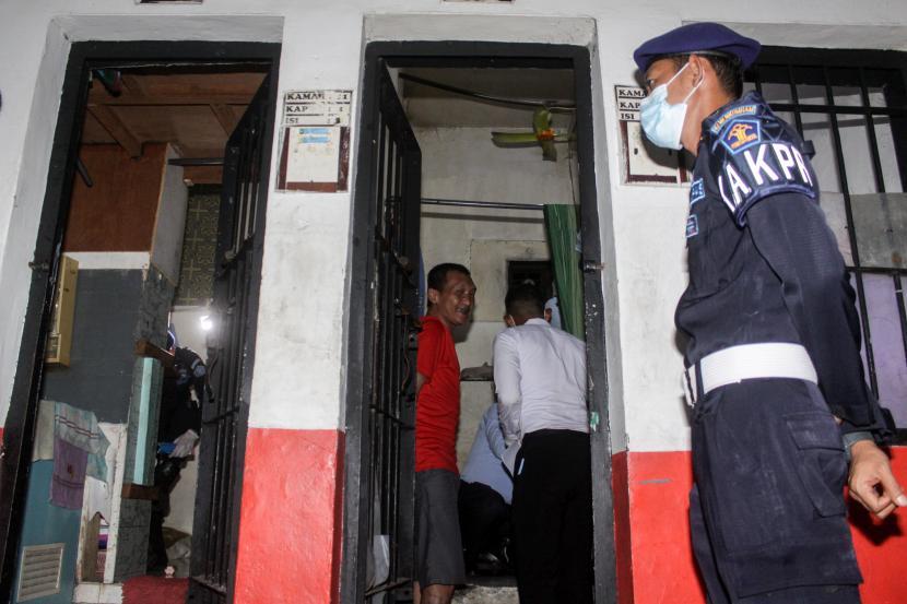 Petugas lapas melakukan penggeledahan saat inspeksi mendadak (sidak) di Blok F, Rutan Klas I Surabaya di Medaeng-Sidoarjo, Jawa Timur, Selasa (6/4).