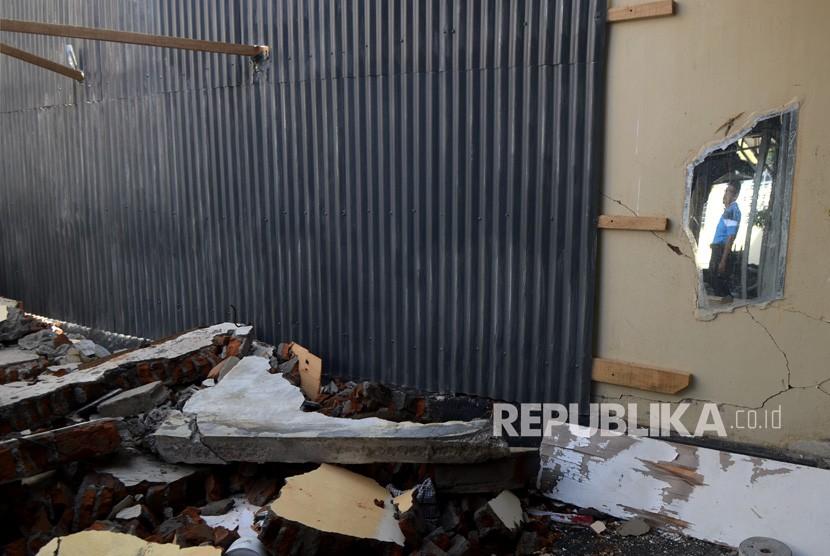 Petugas Lapas melihat kondisi reruntuhan pascagempa di Lembaga Pemasyarakatan (Lapas) Kelas III Palu, Sulawesi Tengah, Senin (15/10).