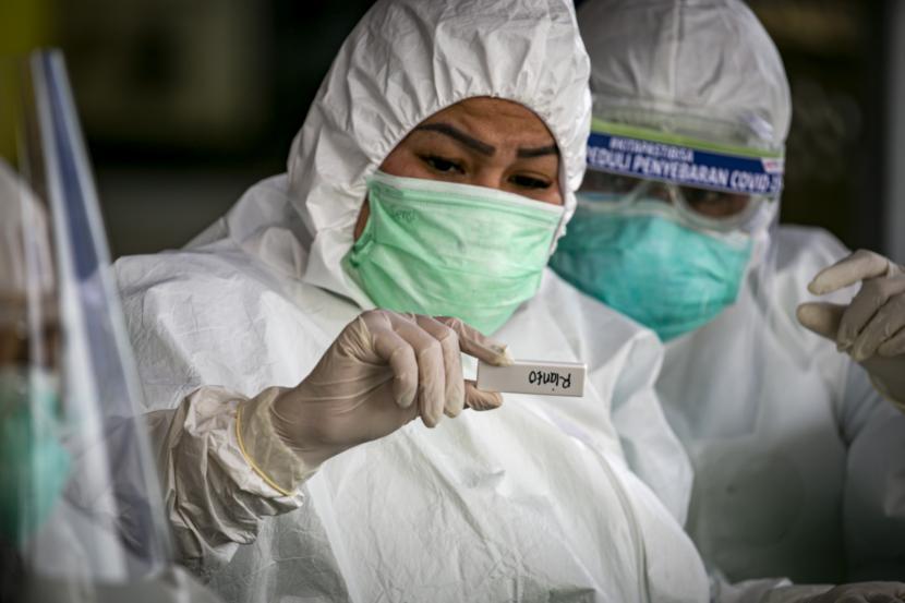 Petugas medis melakukan pemeriksaan cepat (rapid test) COVID-19 terhadap sejumlah pedagang di Pasar Botania 2, Batam, Kepulauan Riau, Jumat (15/5/2020). Pemeriksaan ini dilakukan untuk mencegah penyebaran COVID-19 di sejumlah pasar tradisional.