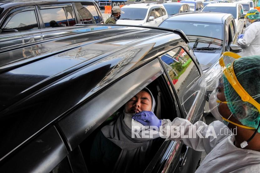 Kabupaten Bekasi Tambah Dua Hotel untuk Isolasi Covid-19. Petugas medis melakukan tes Antigen kepada pengendara yang melintas di Km 34 B Tol Jakarta-Cikampek, Cikarang, Kabupaten Bekasi, Jawa Barat, Rabu (26/5/2021). Polda Metro Jaya memperpanjang pemeriksaan kesehatan arus balik libur Lebaran kepada pengendara yang menuju wilayah Jakarta sampai 31 Mei 2021 guna mencegah penyebaran wabah COVID-19.