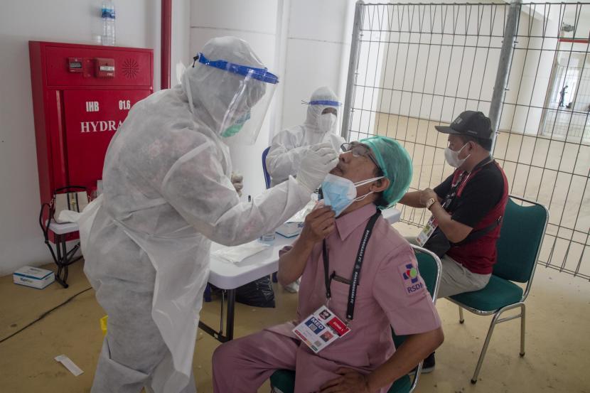 Petugas medis melakukan tes swab antigen (ilustrasi).