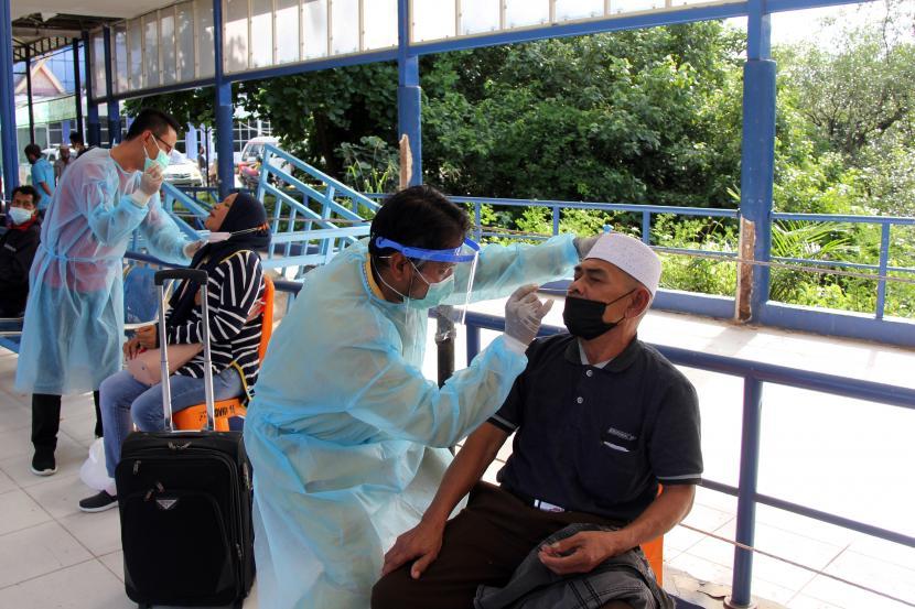 Petugas medis melayani tes Rapid Antigan COVID-19 gratis terhadap sejumlah penumpang kapal dari Pulau Batam di Pelabuhan Bandar Sri Junjungan Dumai, Riau, Jumat (23/4/2021). Kepolisian Resor Dumai bekerja sama dengan Dinas Kesehatan menggelar pelayanan gratis tes Rapid Antigen kepada penumpang kapal yang tiba di pelabuhan dengan sasaran prioritas penumpang kapal warga Dumai untuk mencegah penyebaran virus Corona (COVID-19) di daerah tersebut.