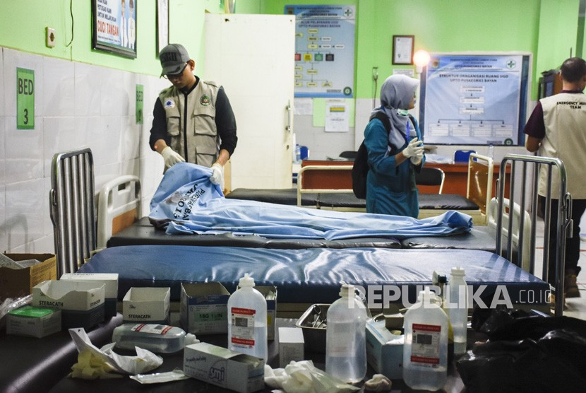 Petugas medis memerika kondisi korban meninggal dunia tertimbun longsor akibat gempa bumi, Tai Sieu Kim (56) asal Malaysia di Puskesmas Bayan, Tanjung, Lombok Utara, NTB, Ahad (17/3/2019).