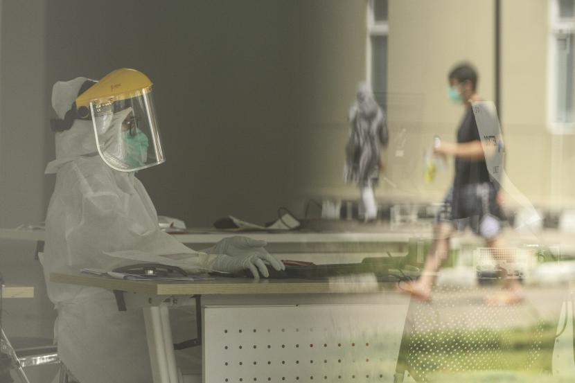 Petugas medis mendata warga yang melakukan tes usap PCR di RSUI, Depok, Jawa Barat. ilustrasi