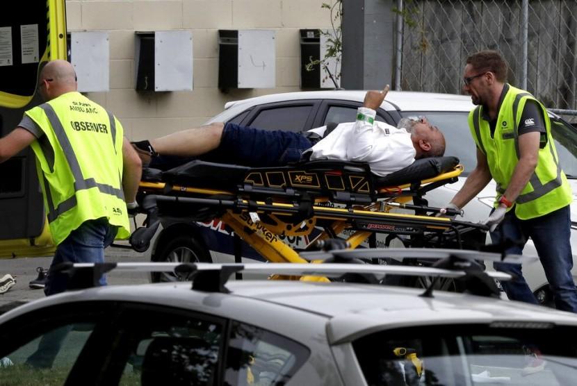 Petugas medis mengevakuasi korban penembakan masjid di Christchurch, Selandia Baru, Jumat (15/3).