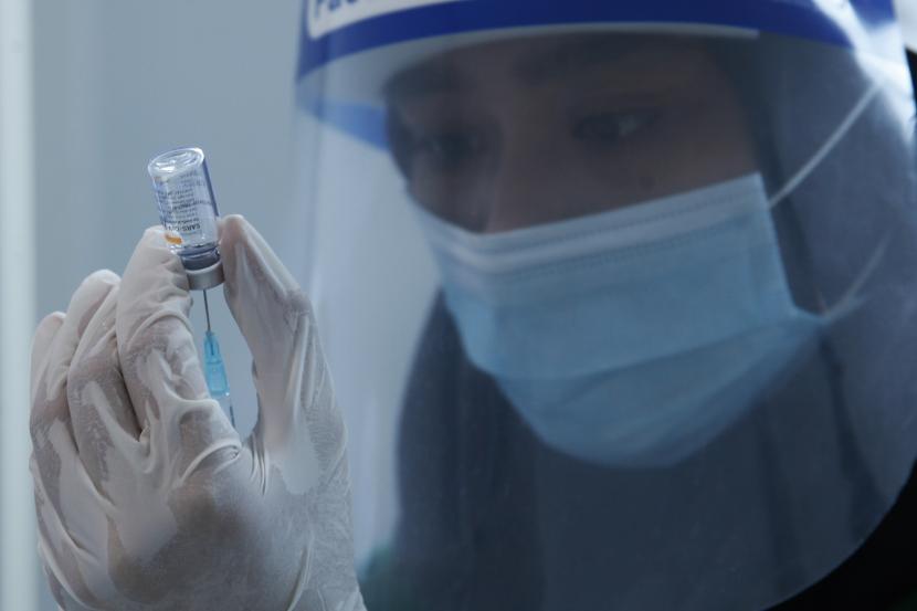Petugas medis menyiapkan vaksin Sinovac yang akan disuntikkan kepada tenaga kesehatan saat Vaksinasi COVID-19 tahap kedua di Rumah Sakit Umum Daerah (RSUD) Bung Karno, Solo, Jawa Tengah, Kamis (28/1/2021). Kota Solo menerima 15.500 dosis vaksin Sinovac untuk tenaga kesehatan yang telah disuntik vaksin tahap pertama.