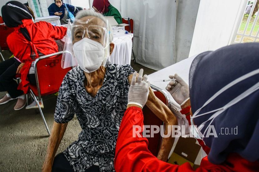 Petugas medis menyuntikan vaksin COVID-19 kepada lansia sat vaksinasi massal di Stadion Pakansari, Kabupaten Bogor, Jawa Barat, Kamis (19/8).