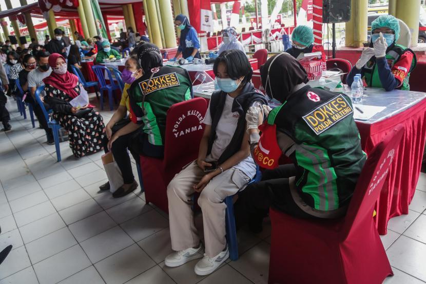 Petugas medis menyuntikkan vaksin COVID-19 kepada warga saat vaksinasi massal di Stadion Mantikei, Palangkaraya, Kalimantan Tengah, Kamis (5/8/2021). Dalam rangka menyambut HUT ke-76 Kemerdekaan RI, pemerintah daerah setempat bekerja sama dengan TNI dan Polri menggelar vaksinasi secara serentak di provinsi tersebut dengan target 30 ribu orang guna mempercepat program vaksinasi nasional.