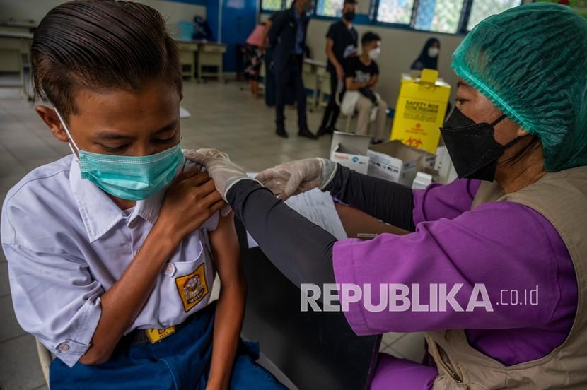 Petugas medis menyuntikkan vaksin ke seorang pelajar pada vaksinasi COVID-19 di Palu, Sulawesi Tengah, Selasa (21/9/2021). Pemerintah mempercepat pelaksanaan vaksinasi COVID-19 bagi pelajar sebagai syarat menggelar Pembelajaran Tatap Muka (PTM) di wilayah di luar zona merah dan hingga hari ini (21/9) realisasinya sudah mencapai 3,37 juta pelajar atau 12,62 persen vaksin dosis pertama dan 2,3 juta pelajar atau 8,63 persen vaksis dosis kedua dari 26,7 juta sasaran pelajar.