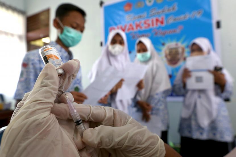 Petugas medis puskesmas Ulee Kareng mempersiapkan vaksin untuk pelajar Sekolah Menengah Pertama (SMP) Negeri 10 di Banda Aceh, Aceh, Kamis (23/9/2021). Kemendikbud Ristek bersama Kementerian Kesehatan melaksanakan vaksinasi untuk pelajar dan remaja berusia 12-17 tahun sebagai komitmen mendukung upaya pemerintah melawan pandemi COVID-19 dalam percepatan vaksinasi di seluruh Indonesia.