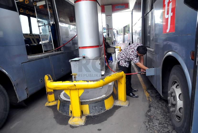 Petugas megisi bahan bakar gas (BBG) di salah satu SPBG, Jakarta, Jumat (28/3). (Republika/Prayogi)
