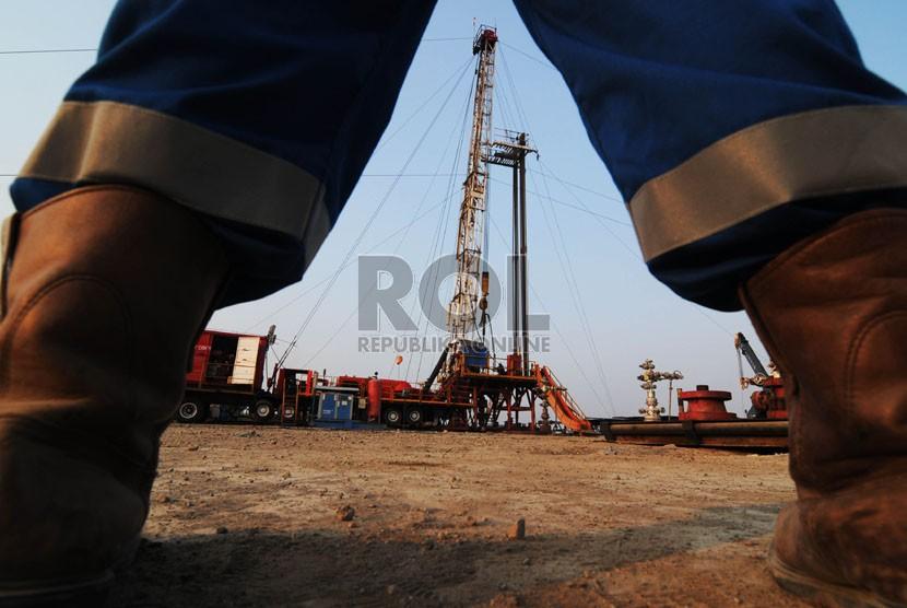 Petugas melakukan checking pengeboran minyak di kawasan Cemara Indramayu PT. Pertamina EP Asset 3 Field Jatibarang, Indramayu, Jawa Barat. (Republika/Raisan Al Farisi)