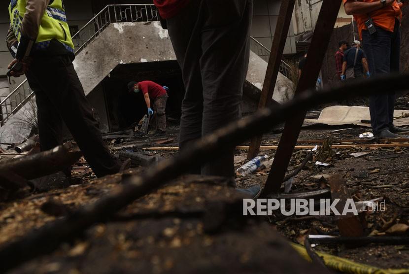 Petugas melakukan olah TKP di lokasi bom bunuh diri di GPSS Arjuno, Surabaya, Jawa Timur, Kamis (17/5).
