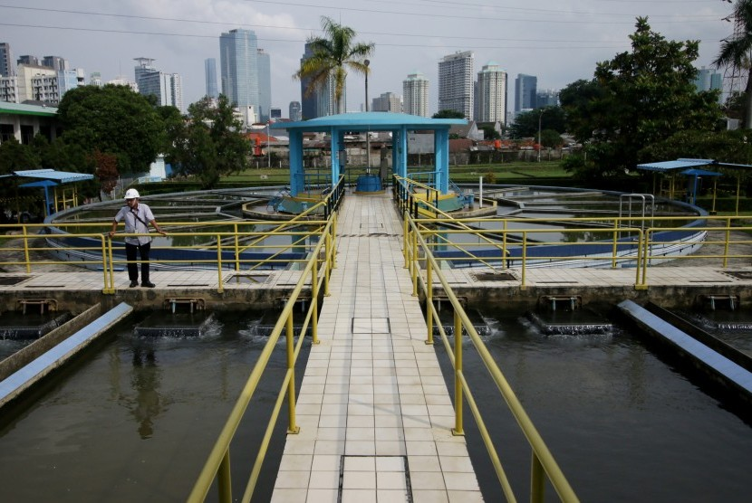An officer conducted an inspection at the Water Production Installation of PT PAM Lyonnaise Jaya (Palyja) Pejompongan, Jakarta.