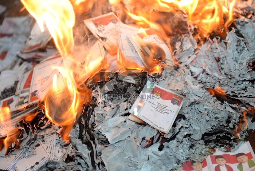 Petugas melakukan pemusnahan surat suara rusak   (Republika/Wihdan)