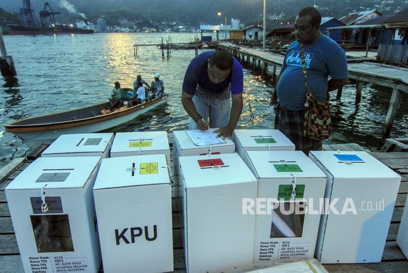 Petugas melakukan pendistribusian logistik Pemilu 2019 di Kampung Kayu Pulo, Jayapura, Papua, Selasa (16/4/2019).