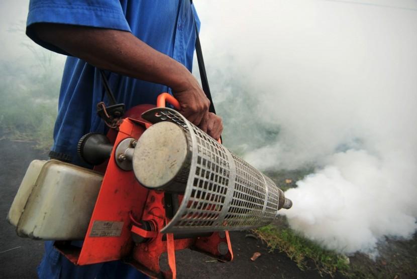 Petugas melakukan pengasapan (fogging) di Kelurahan Margadana wilayah pantura, Tegal, Jawa Tengah, Rabu (10/2).