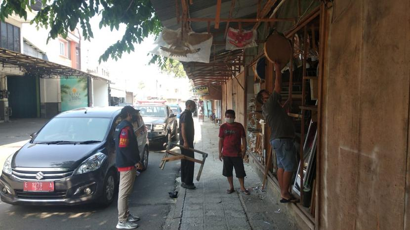 Petugas melakukan pengawasan terhadap pelaku usaha di masa PPKM Darurat di Kota Cirebon