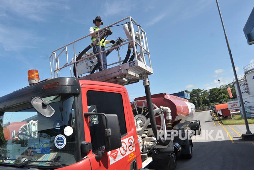 Petugas melakukan pengecekan platform truk pengisian bahan bakar pesawat avtur, di Depot Pengisian Pesawat Udara (DPPU) Bandara Internasional Minangkabau (BIM), di Padangpariaman, Sumatera Barat, Rabu (2/8).