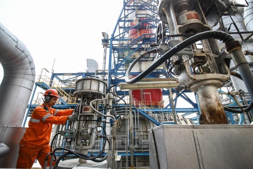 Petugas melakukan pengecekan valve pembangkit di pembangkit listrik.