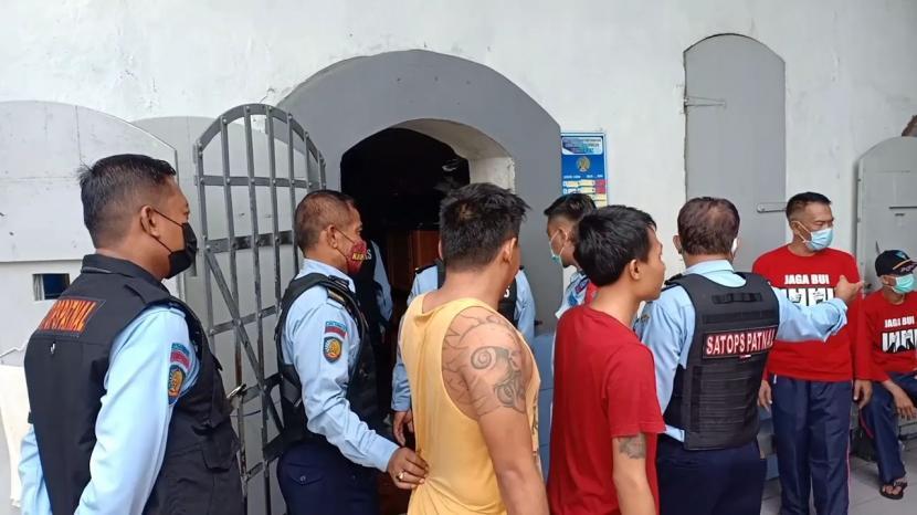 Petugas melakukan penggeledahan di Lapas Kelas II B Tasikmalaya, Selasa (23/3).