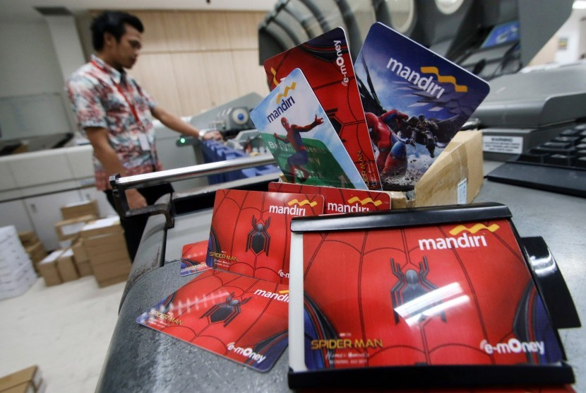 Petugas melakukan pengisian data pada e-money atau kartu transaksi non tunai di Sentra Mandiri, Jakarta, Senin (18/9).