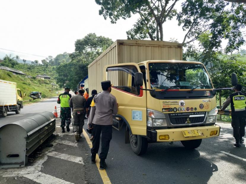 Petugas melakukan penyekatan pemudik di Jalur Gentong, Kecamatan Kadipaten, Kabupaten Tasikmalaya, Kamis (6/5).