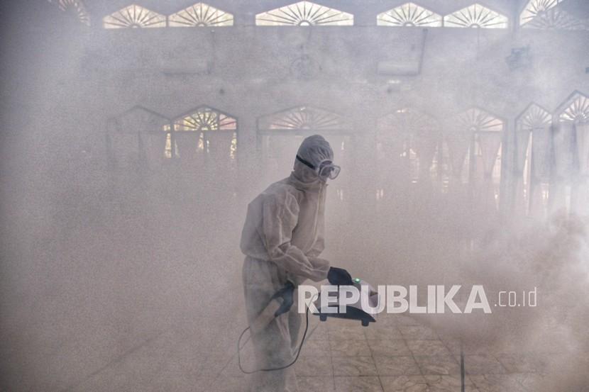 Petugas melakukan penyemprotan disinfektan di Masjid Taqwa Muhammadiyah, Medan Denai, Medan, Sumatera Utara, Jumat (23/7/2021). Penyemprotan disinfektan tersebut dilakukan secara swadaya oleh sejumlah anak muda pelaku UMKM di bidang jasa kebersihan dengan nama Bersihkan Medan untuk membantu pemerintah memutus mata rantai penyebaran COVID-19.