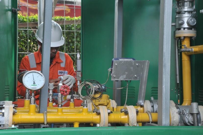 Petugas melakukan perbaikan di salah satu stasiun Gas Non Pelanggan milik Perusahaan Gas Negara (PGN) di kawasan Gajah Mada, Palembang, Sumatra Selatan, Rabu (12/12). Berdasarkan data per Agustus 2018, PGN wilayah Kota Palembang telah melayani 89 pelanggan industri komersial, 253 pelanggan kecil, dan 6.015 rumah tangga.