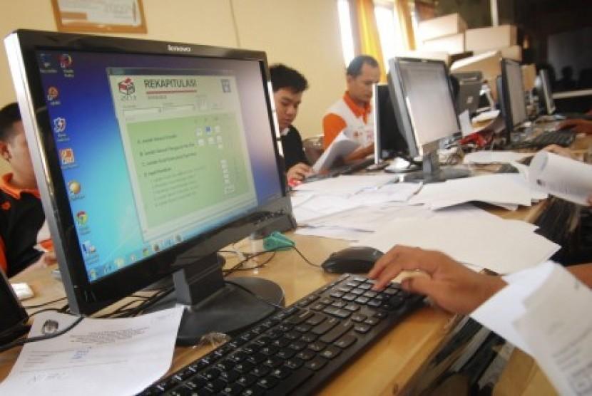 Petugas melakukan proses pemindaian dan input data formulir model C1  (ilustrasi)