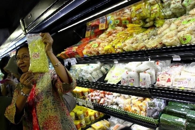 Petugas melakukan sidak makanan kedaluwarsa dan makanan yang tidak memiliki izin edar di sejumlah pusat belanja dan pasar tradisional (ilustrasi).