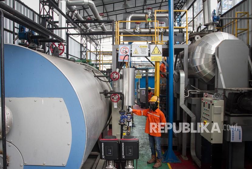 Petugas melakukan uji coba mesin Pembangkit Listrik Tenaga Sampah (PLTSa) di Tempat Pembuangan Akhir (TPA) Putri Cempo, Solo, Jawa Tengah, Kamis (14/2/2019).