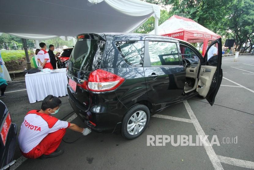 Petugas melakukan uji emisi gratis di halaman parkir, Balai Kota Bandung, Senin (18/3).