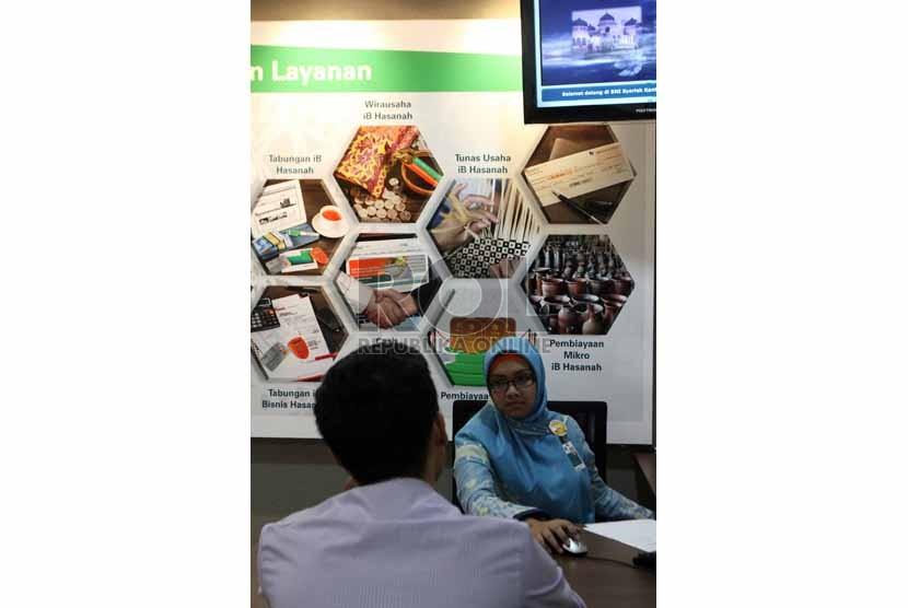 Petugas melayani nasabah di salah satu Banking Hall BNI Syariah, Jakarta, Senin (4/8). (Republika/Adhi Wicaksono)