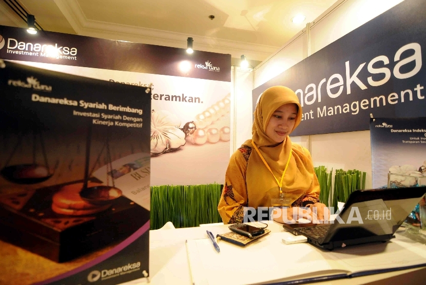 Petugas melayani nasabah di stan Danareksa Syariah, Jakarta, beberapa waktu lalu.