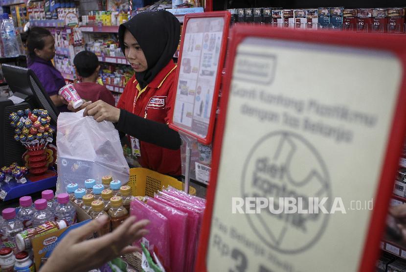 Petugas melayani pembeli di sebuah toko ritel (ilustrasi).
