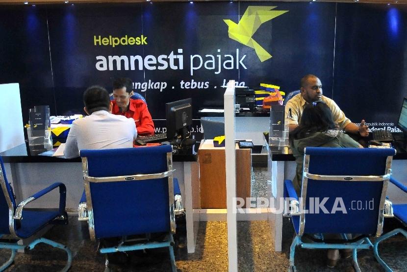 Petugas melayani wajib pajak yang ingin memperoleh informasi mengenai kebijakan amnesti pajak (tax amnesty).