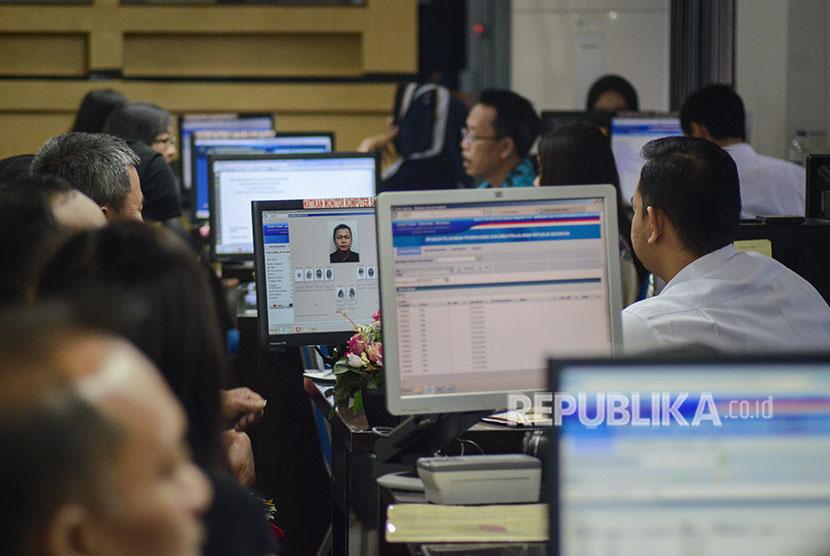 Petugas melayani warga saat pembuatan paspor di Kantor Imigrasi Kelas I Kota Bandung, Jawa Barat.