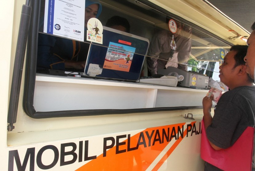 Petugas melayani warga untuk membayar Pajak Bumi dan Bangunan (PBB) (ilustrasi). Pemkab Bogor melakukan digitalisasi pajak dengan sistem antrean online.