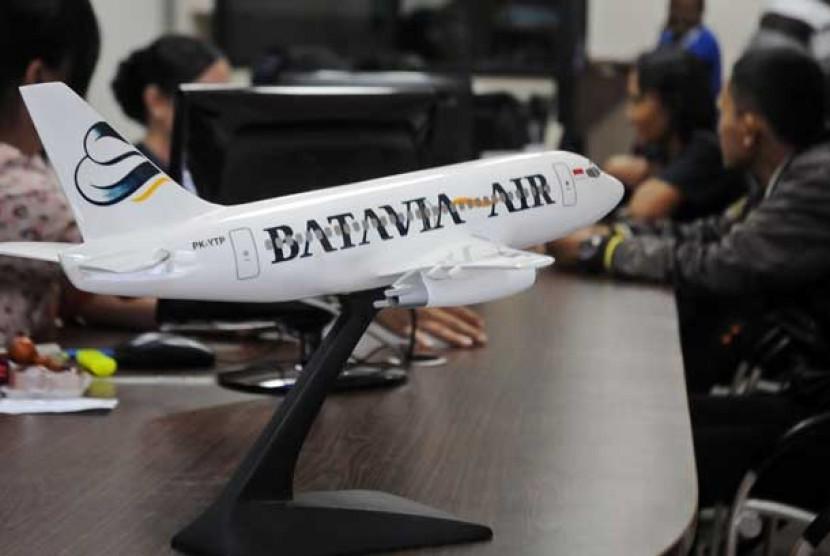 Petugas melayani warga yang membeli tiket di kantor pusat maskapai Batavia Air, Kemayoran, Jakarta, Rabu (30/1).