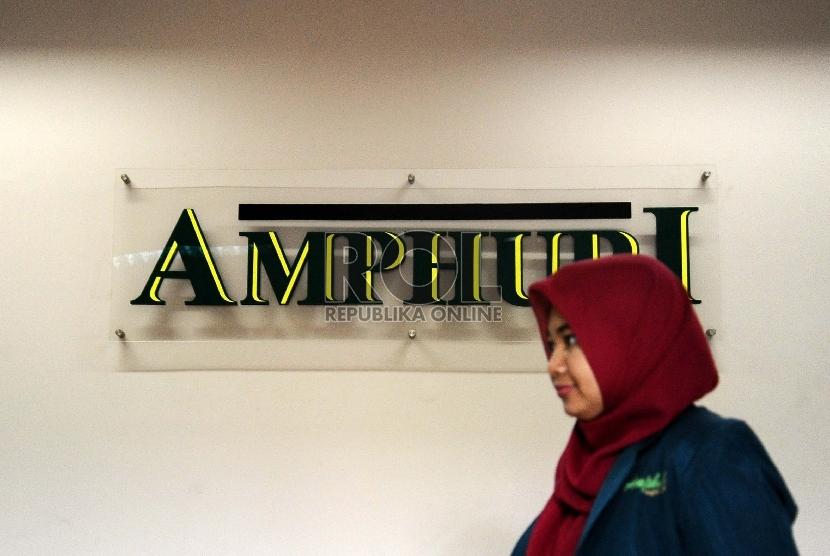 Petugas melintas di kantor Asosiasi Muslim Penyelenggara Haji dan Umroh Republik Indonesia (AMPHURI), Jakarta, Senin (16/2).