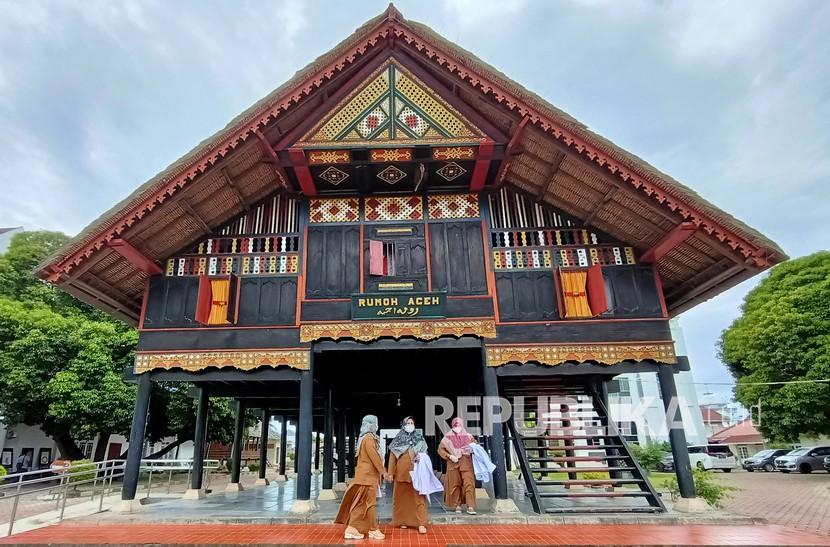 Petugas melintas didepan bangunan rumah tradisional museum Aceh seusai mempersiapkan pameran virtual koleksi Museum Aceh bertema Kilas Balik Sejarah Museum Aceh di Banda Aceh, Aceh, Senin (2/8/2021). Museum Aceh yang mulanya hanya berupa bangunan Rumah Tradisional Aceh didirikan pada masa pemerintahan Hindia Belanda yang diresmikan oleh Gubernur Sipil dan Militer Belanda di Aceh Jenderal H.N.A. Swart pada tanggal 31 Juli 1915.