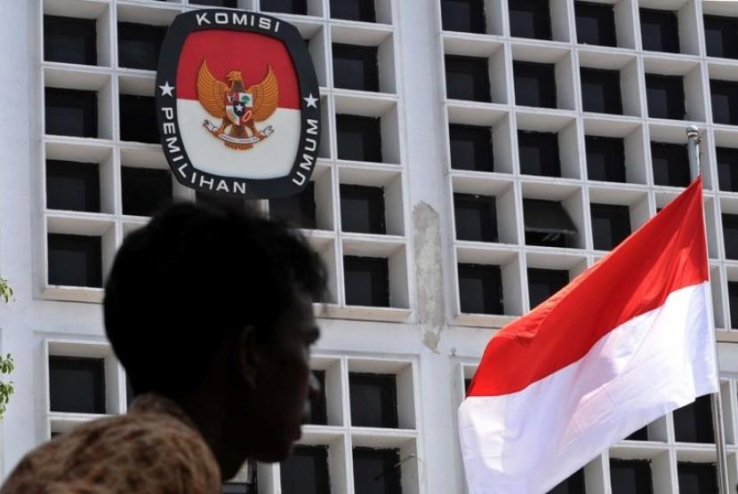 Petugas melintas dihalaman kantor Komisi Pemilihan Umum (KPU) Jakarta