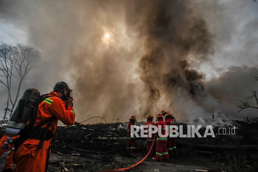 Petugas memadamkan api di lapak ban bekas, Desa Bojong Nangka, Gunung Putri, Kabupaten Bogor, Jawa Barat, Selasa (20/4/2021). Kebakaran lapak ban bekas yang terjadi Senin (19/4) petang tersebut diduga akibat sambaran petir ke pohon dan menjalar ke tumpukan ban bekas.