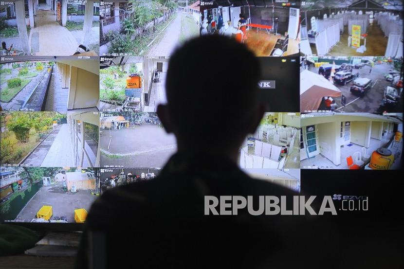 Petugas memantau layar monitor dari kamera Closed Circuit Television (CCTV) di Rumah Sakit Lapangan Kogabwilhan II Indrapura (RSLKI), Surabaya, Jawa Timur, Jumat (11/6/2021). Usai penyekatan di Jembatan Suramadu, jumlah pasien yang dirawat di rumah sakit berkapasitas tempat tidur sebanyak 400 ranjang tersebut hingga Jumat (11/6/2021) pagi bertambah 110 orang sehingga total jumlah pasien menjadi 269 orang.