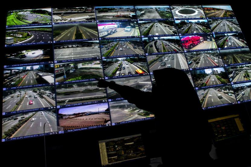 Petugas memantau layar yang menampilkan suasana arus lalu lintas yang terekam kamera tilang elektronik atau Electronic Traffic Law Enforcment (ETLE) di Gedung NTMC Korlantas Polri, Jakarta.
